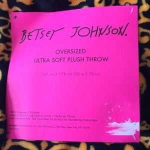 Betsey Johnson Bedding - Betsy Johnson Skull Ultra Soft Plush Throw💀